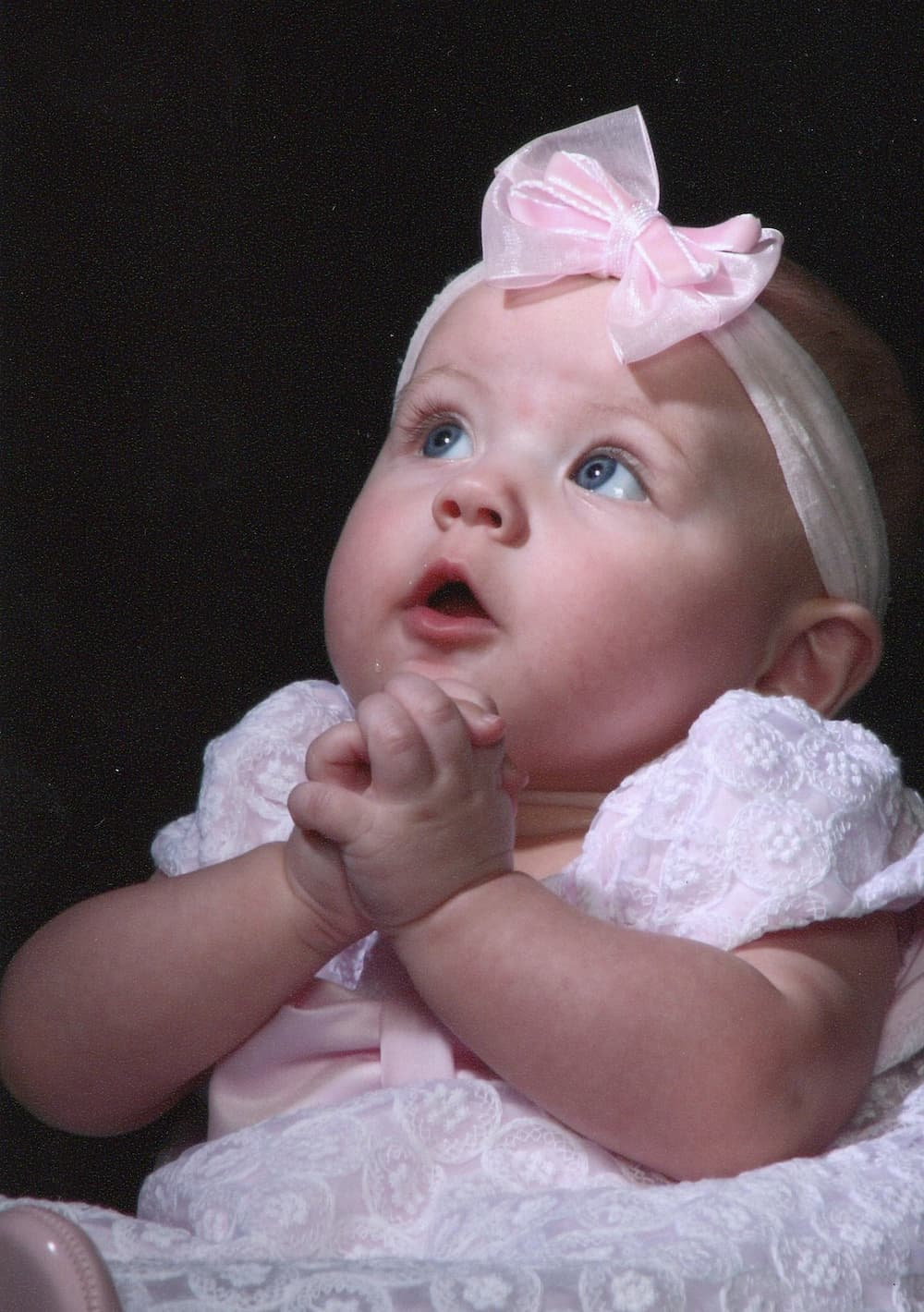 baby-girl-with-pink-bow-in-hair